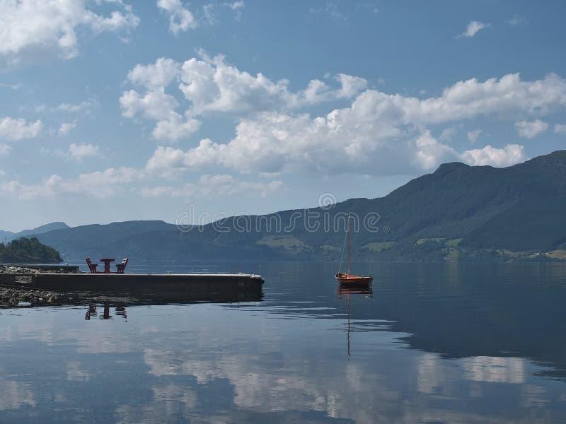 Paesaggio con una barca vicino al pilastro immagine stock libera da diritti