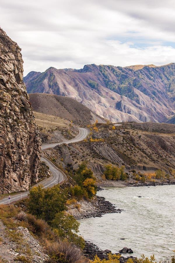 Paesaggio con una strada della montagna fotografia stock
