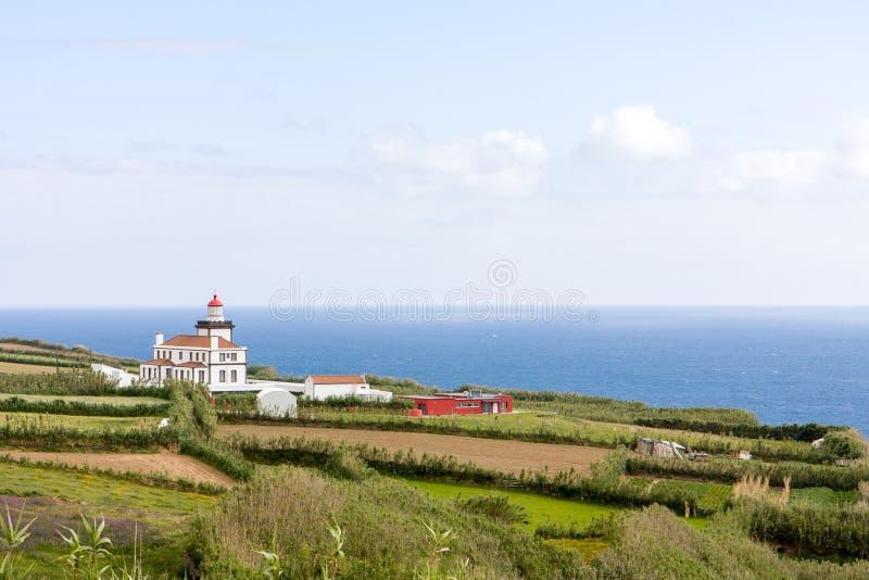 Paesaggio con una vista della villa dall'oceano, Portogallo, Azzorre fotografia stock
