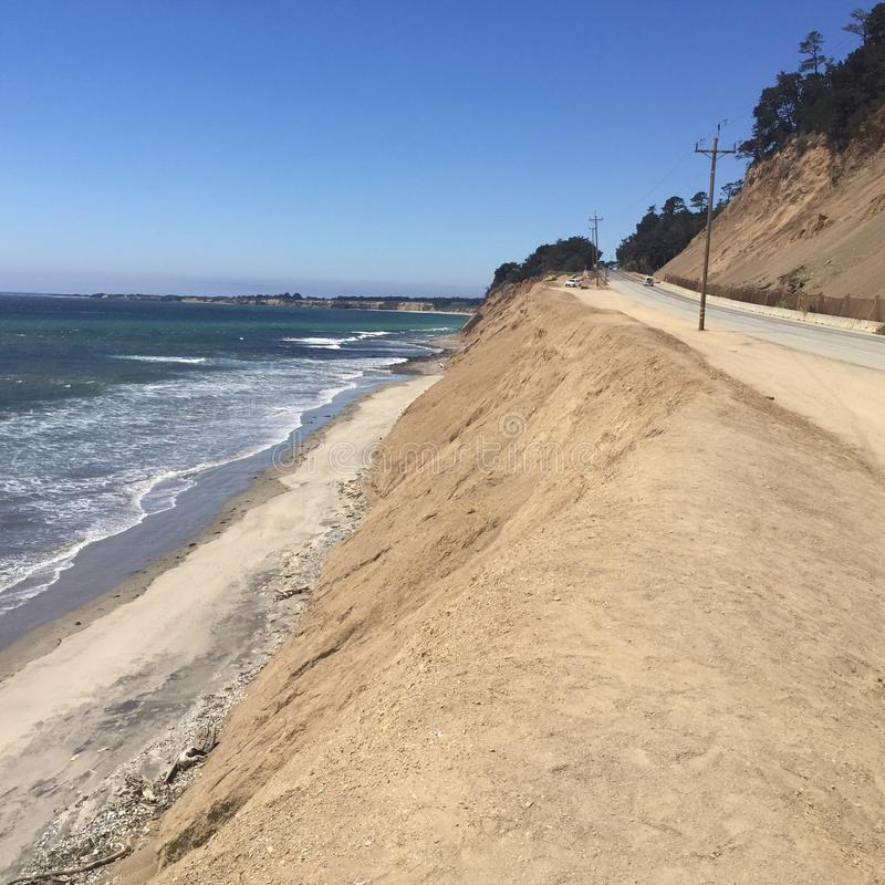 Paesaggio costiero dell'oceano con acqua e le montagne fotografie stock libere da diritti