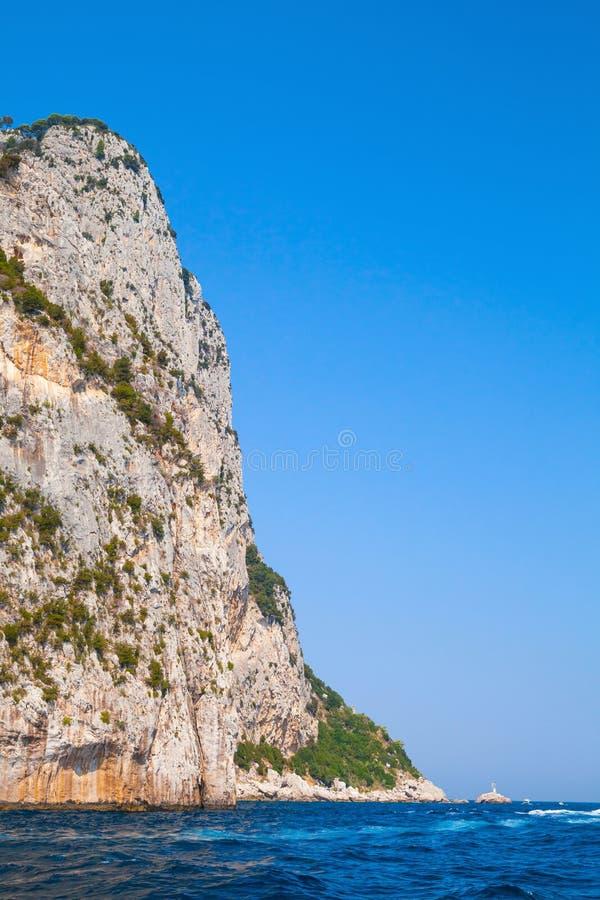 Paesaggio costiero verticale con le rocce di Capri fotografie stock