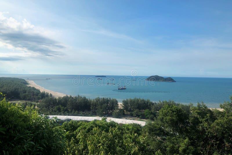Paesaggio dall'alta vista con cielo blu immagini stock