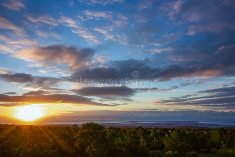 Paesaggio dalle montagne al mar Mediterraneo, alba di aria aperta del Cipro per questa vista del fondo immagini stock