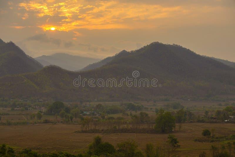 Paesaggio dei Mountain View e dell'alba al punto di vista in Pai, Chiang Mai, Tailandia fotografie stock