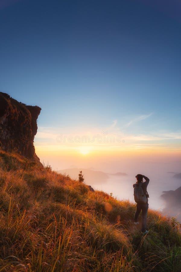 Paesaggio del 'chi' Fa di Phu ad alba Parco nazionale di fa di 'chi' di Phu in Chiang Rai Province, Tailandia fotografia stock libera da diritti