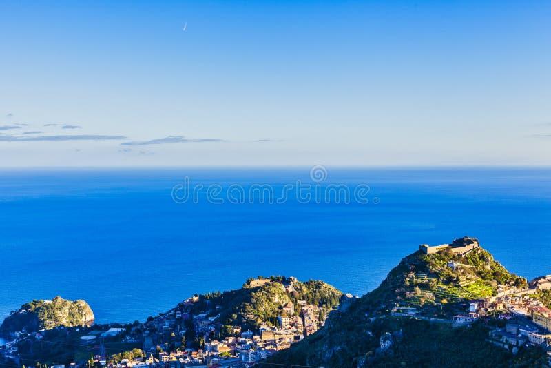Paesaggio del cielo di Castelmola con le montagne immagini stock libere da diritti