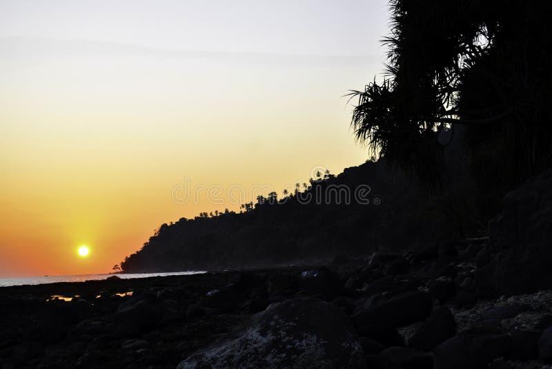 Paesaggio del colpo tropicale di tramonto della spiaggia dell'isola di paradiso Lampung, Indonesia immagini stock libere da diritti