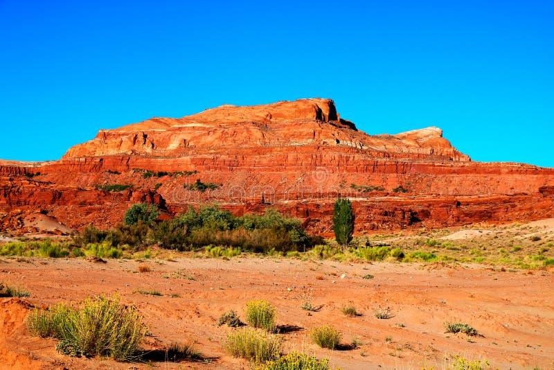 Paesaggio del deserto in Arizona del Nord sulla prenotazione navajo con il picco distante della roccia immagini stock libere da diritti