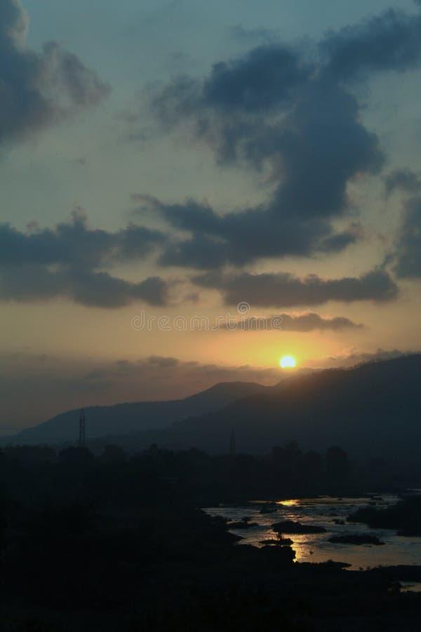 Paesaggio del paesaggio di alba con il cielo fotografia stock