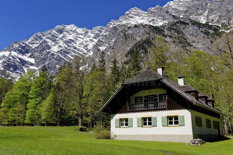 Paesaggio del fianco di una montagna della casa di campagna immagini stock