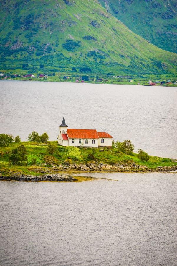 Paesaggio del fiordo con la chiesa lofoten la Norvegia fotografia stock libera da diritti