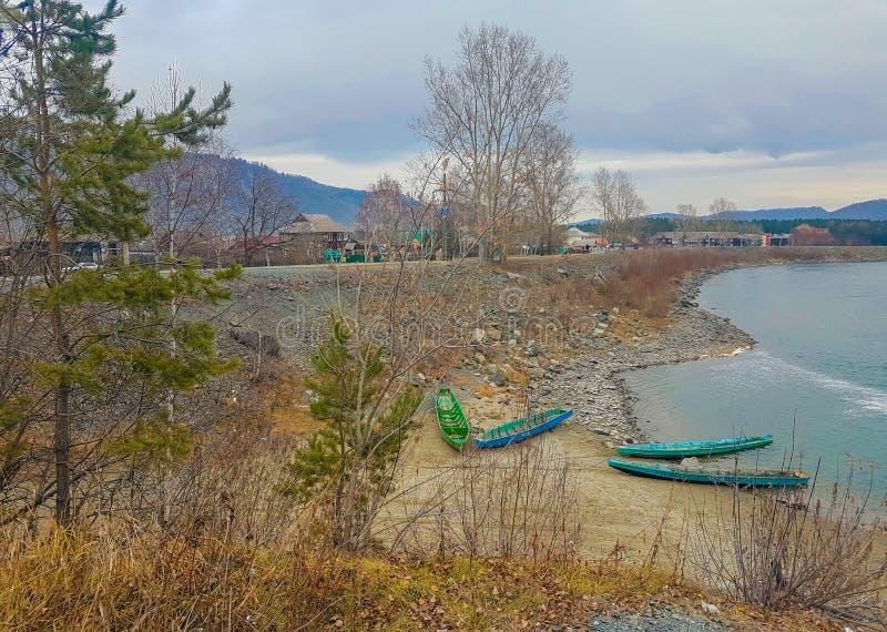 Paesaggio del fiume con le barche fotografie stock libere da diritti