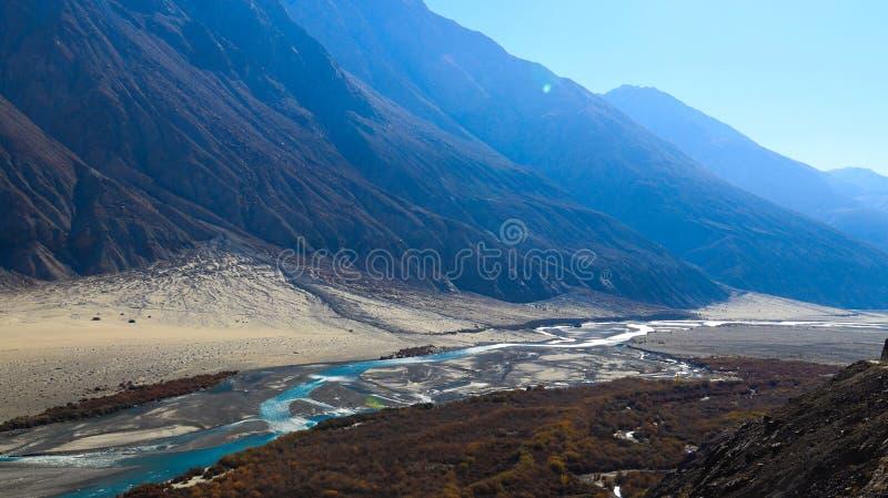Paesaggio del fiume e montagne lungo la strada in Leh Ladakh, India immagine stock