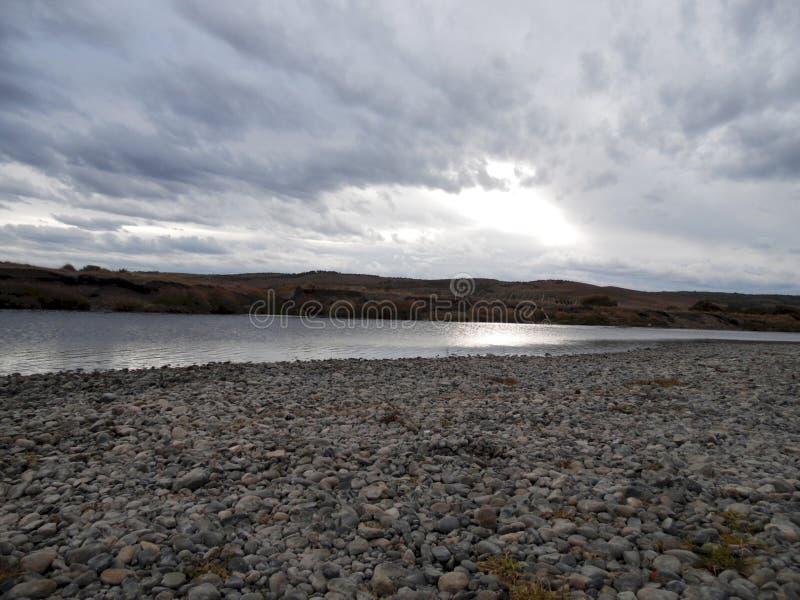 Paesaggio del fiume un giorno nuvoloso fotografia stock libera da diritti