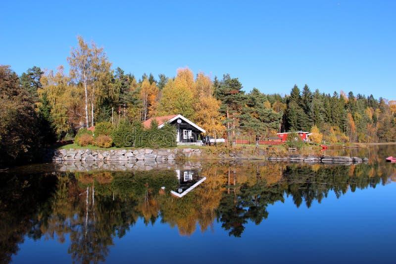 Paesaggio del lago autumn intorno immagine stock