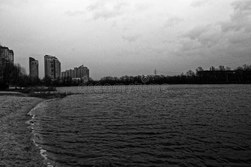 Paesaggio del lago autumn, tempo ventoso, area di paesaggio urbano, fondo monocromatico fotografia stock libera da diritti