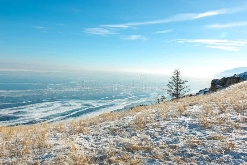 Paesaggio del lago Baikal congelato nell'inverno con la nuvola ed il cielo blu; punto di vista da capo all'isola di Olkhon fotografie stock