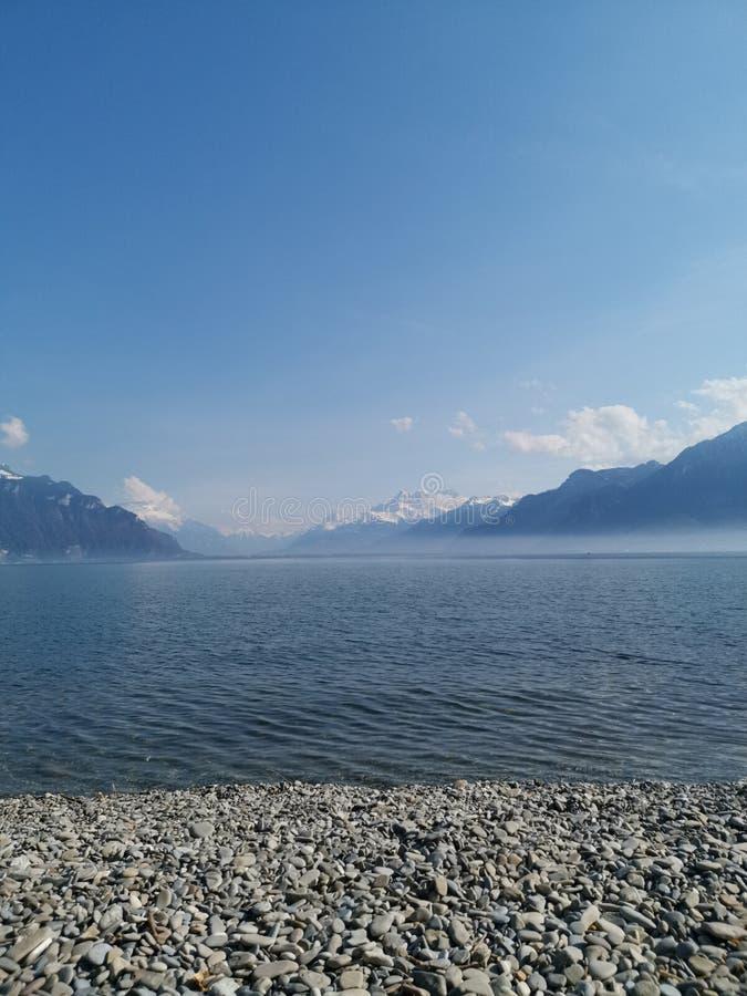 paesaggio del lago Lemano e il withfog del du Midi delle ammaccature sul lago immagini stock libere da diritti