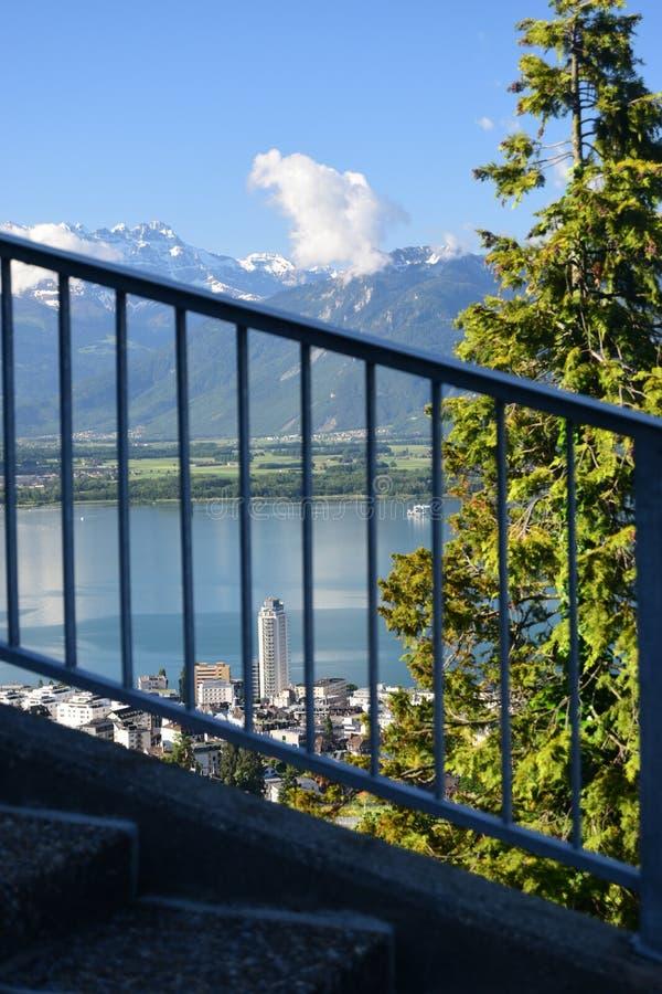 Paesaggio del lago Lemano e le ammaccature du Midi con Montreux giù immagine stock