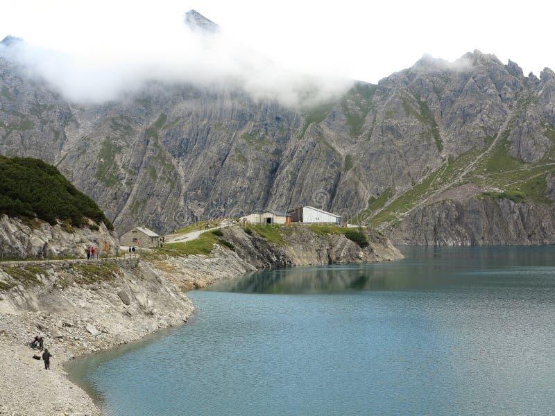 Paesaggio del lago Lunersee con la stazione della montagna immagini stock libere da diritti
