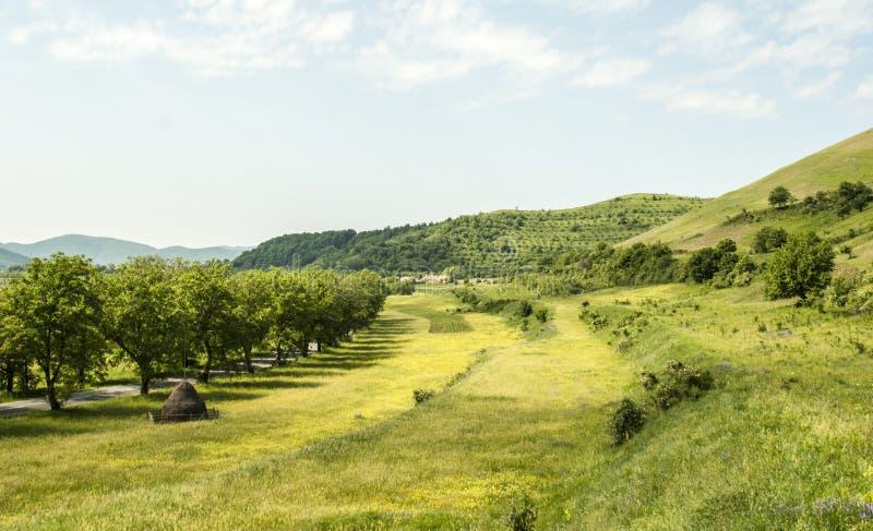 Paesaggio del lato del paese con le colline fotografia stock