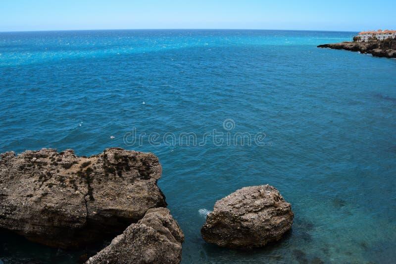 Paesaggio del mare alla spiaggia con la montagna fotografia stock