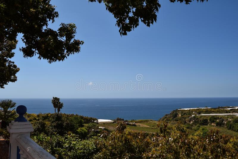 Paesaggio del mare con il campo fotografia stock