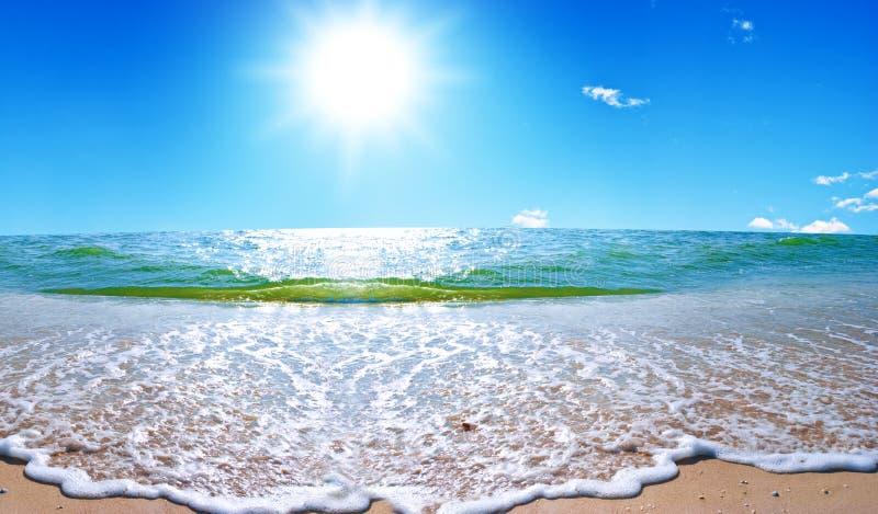 Paesaggio del mare di estate con il cielo solare immagine stock
