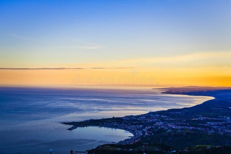 Paesaggio del mare di tramonto di Taormina fotografie stock libere da diritti