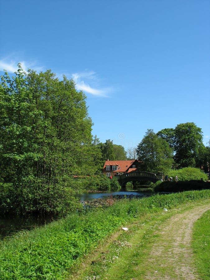 Paesaggio del paese di estate con la strada fotografia stock