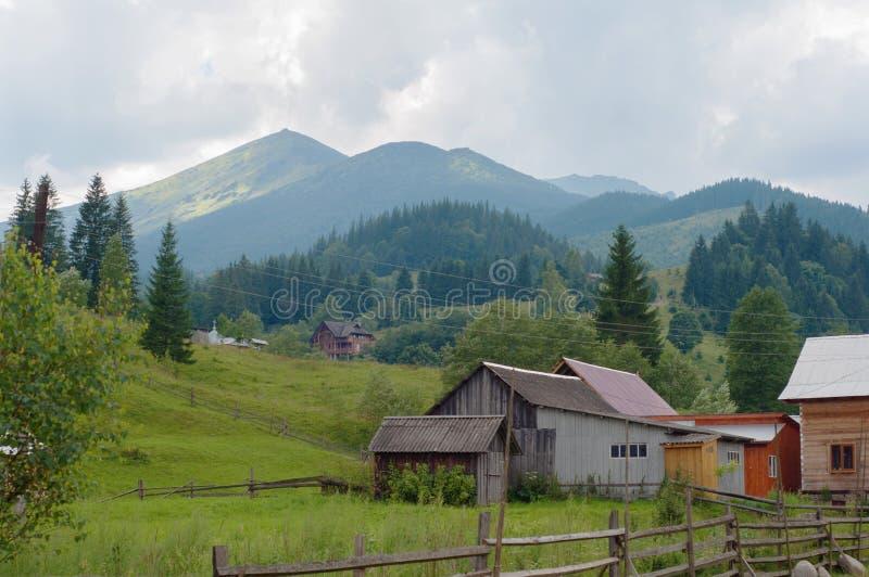 Paesaggio del paesino di montagna carpatico immagine stock