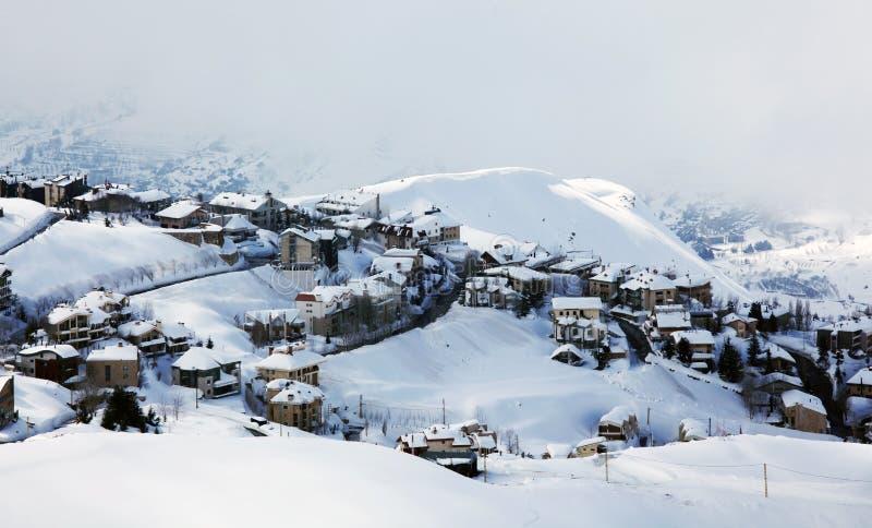 Paesaggio del paesino di montagna di inverno fotografia stock libera da diritti