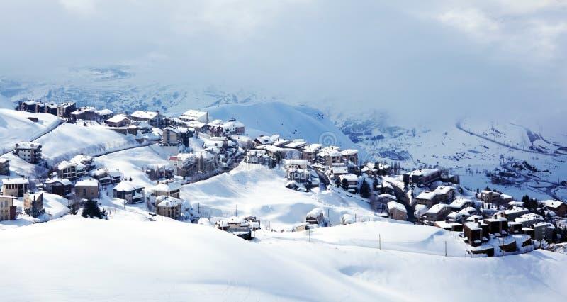 Paesaggio del paesino di montagna di inverno immagini stock