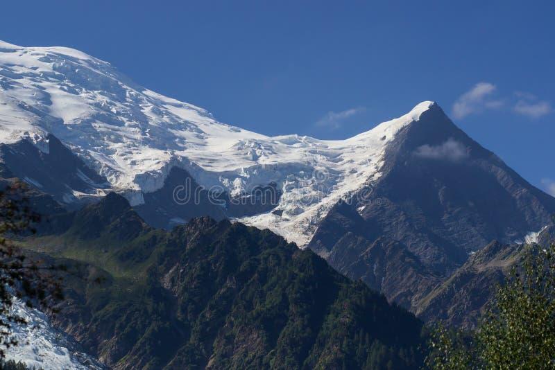 Paesaggio del picco di montagna della neve Vista aerea del picco di montagna innevato di Mont Blanc dal lato francese delle alpi  immagine stock