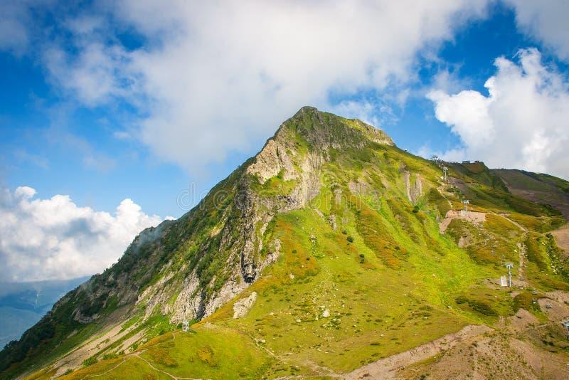 Paesaggio del picco di montagna verde di estate fotografie stock libere da diritti