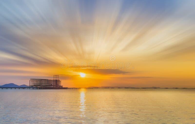 Paesaggio del ponte boscoso nel porto e nel tramonto fotografia stock