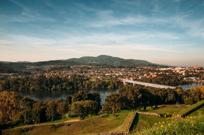 Paesaggio del ponte internazionale di Tui e di Valença immagini stock libere da diritti