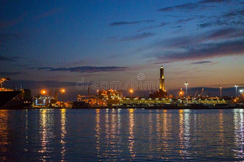 Paesaggio del porto di Genova alla notte L'Italia, Europa fotografia stock