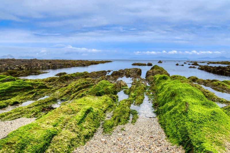 Paesaggio del sole dell'oceano con onde nuvole e rocce Natura, sabbia immagini stock