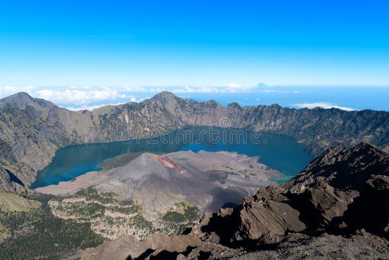 Paesaggio del supporto Rinjani, del vulcano attivo e del lago dalla sommità, Lombok - Indonesia del cratere fotografia stock libera da diritti