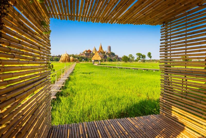 Paesaggio del tempio della caverna di Wat Tham Sua Temple Tiger con le risaie del gelsomino e del telaio di bambù alla provincia  fotografia stock libera da diritti