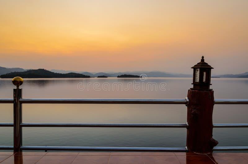 Paesaggio del tramonto sopra il lago fotografia stock