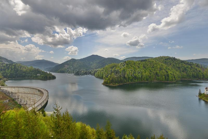 Paesaggio del Valea Draganului - lago e diga Floroiu immagini stock