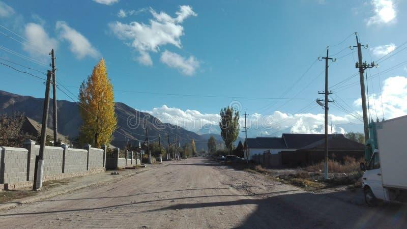 Paesaggio del villaggio in Bokonbayevo in Kyrgzystan immagini stock libere da diritti