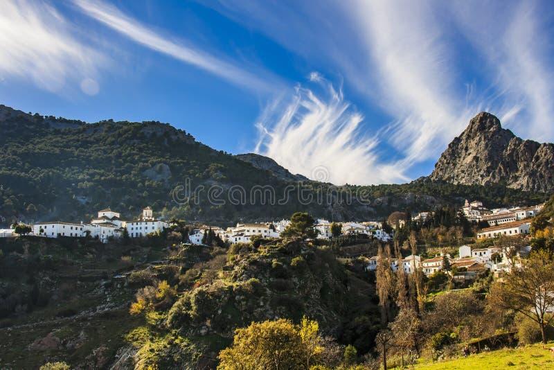 Paesaggio del villaggio di Grazalema nelle colline pedemontana della sierra montagna di del Pinar immagine stock libera da diritti