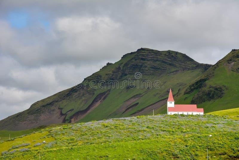 Paesaggio del villaggio di Vik, Islanda con la chiesa di Myrdal fotografia stock libera da diritti