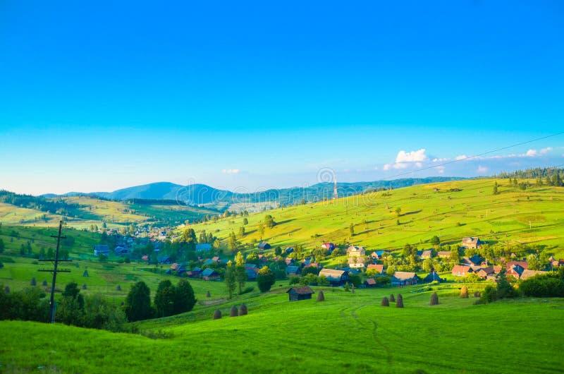 Paesaggio del villaggio, villaggio nella valle, campi verdi, colline fotografia stock