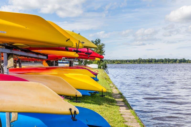 Paesaggio dell'acqua con le canoe locative variopinte fotografie stock libere da diritti