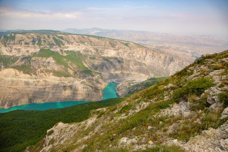 Paesaggio dell'acqua di fiume della montagna Fiume selvaggio del turchese in una gola della montagna immagine stock libera da diritti
