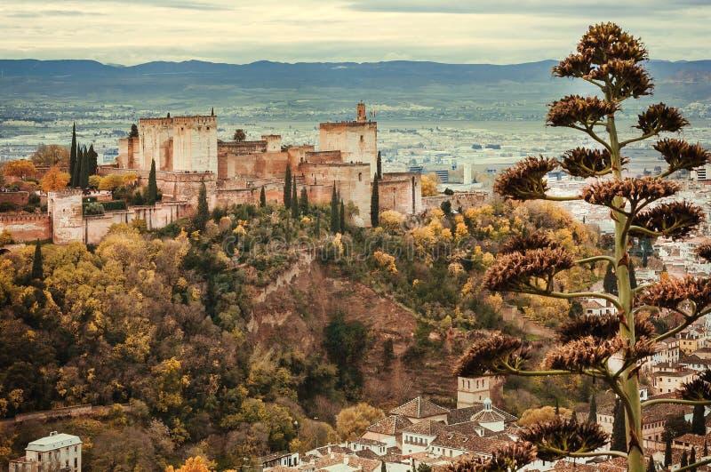 Paesaggio dell'Andalusia Torri di Alhambra, di vecchie case e delle montagne su fondo di Granada fotografia stock libera da diritti